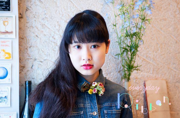 記念すべき復活第一弾は、モデル、エッセイ、写真、ペインティング、朗読など、幅広いフィールドで活躍する前田エマさんが「春のプロポーズ」のリボンをつけて登場。 http://soen.tokyo/fashion/everyday/everyday_ribbon_blogger01.html