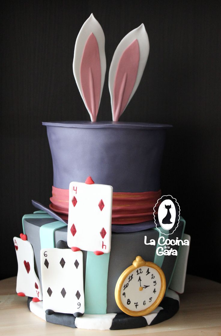 Alicia en el País de las Maravillas, Alice in Wonderland fondant cake. Red velvet con buttercream de chocolate blanco y bizcocho de limón con buttercream de frambuesas.