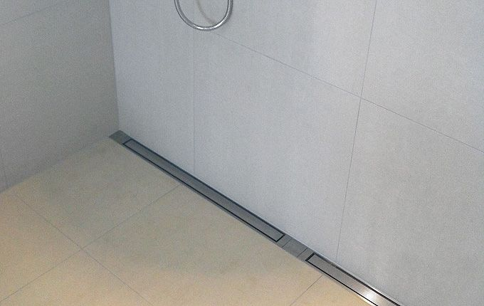 Bathroom with a costumised modular line drain system. Shower with linear floor drain in solid brushed stainless steel. unidrain®: Modul 1100 #module1100 #unidrain #stainless #steel #customsolutions #drain #bathroom #badeværelse #design #unidrain