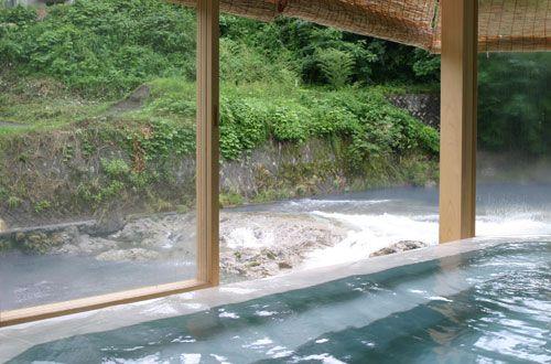 新潟、大湯温泉 友家ホテル(Tomoya-Hotel) 龍神の湯 単純泉42℃ 佐梨川を眺めながら,温泉浴 無料貸切風呂もある。Japan