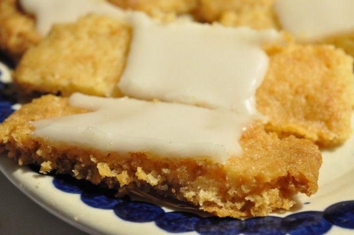 Søren Ryge's yndlings fedtebrød. Der kom romessens i glasuren og der serveres: Smørbagte fedtebrød med romglasur. Lækre og sprøde!