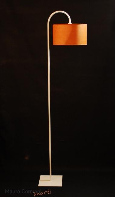 TENSIA - Piantana in ferro, realizzata completamente a mano con design esclusivo, il prezzo si intende escluso di  paralume ordinabile separatamente. Colori:  patina ruggine, patina caffè ed ogni colore, tenendo presente che viene creato artigianalmente con una metodologia molto personale  e messo in opera con tecniche di trasparenza http://www.maurocormani.it/design/lampade-da-terra/tensia