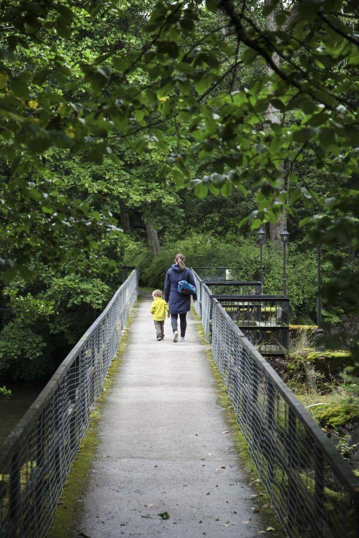 Äiti ja lapsi kävelyllä sillalla #visitsouthcoastfinland #mustionlinna #svartåmanor #Finland #mustio #bridge #silta