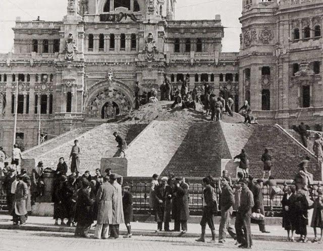 Plaza de Cibeles, Madrid, 1936 protegiéndola de los efectos de la guerra