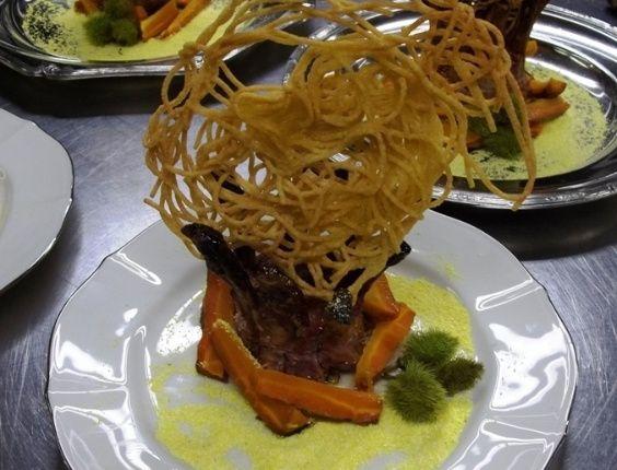 Quer caprichar na apresentação? Faça uma Coroa dos Coronéis com Treliça de Macarrão, que nada mais é que costeletas de porco com espaguete frito. Clique no MAIS para ver a receita