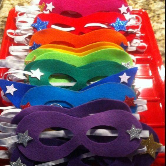 Klipp till masker i olika färger av filt, fäst resårband i och dekorera med glitter och stjärnor.