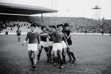 В КНДР проигрывать футбольные матчи очень опасно. Так в 1966 году северокорейская сборная сумела выйти в четверть финал на чемпионате мира, но проиграла. После этого все игроки были отправлены в лагеря, избежать такой судьбы удалось только одному нападающему.