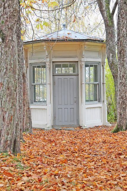 "Ett lusthus på gården kanske? Vore väl skojigt? Another little wood ""lusthus"", folly in fall"