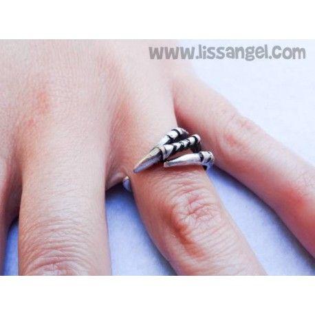 Espectacular #anillo de diseño en el que una detallada #garra de #águila envolverá tu dedo. #animales #bisuteria #joyeria