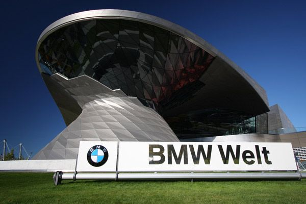 The open style of architecture and the glass facade allow a lot of light into the rooms and open up the building towards its surroundings. Simultaneously, the BMW Welt harmonically blends into the context of the architecture of the Olympiapark and the existing BMW buildings.