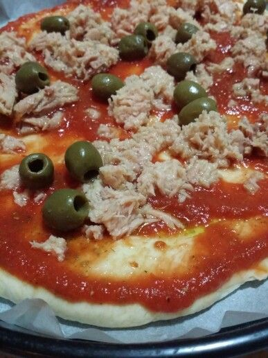 """PIZZA """"QUASI"""" COME QUELLA DELLA PIZZERIA BUONISSIMA  Questo impasto, questa lavorazione è secondo me quello che più si avvicina alla pizza da pizzeria. Buonissima, croccante, divinamente gustosa. L'ispirazione me l'ha data Vittorio di#vivalafocaccia, ho seguito la sua ricetta, che come ripeto è fantastica, apportando però alcune modifiche. Procedimento un pochino lungo ma non impossibile, tutta la fatica è ampiamente ricompensata, fidatevi.  INGREDIENTI: *250g di acqua *460g farina…"""