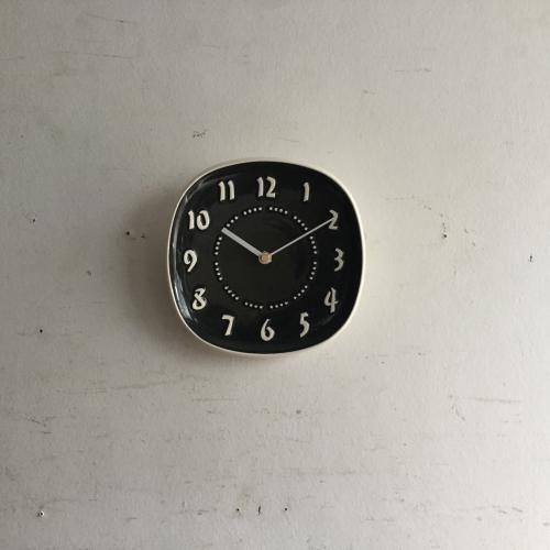 Russel Wright(ラッセルライト)の壁掛け時計|ラッセルライトがデザインしたチャコールのアメリカヴィンテージの壁掛け時計です!ラッセルライトは食器のデザインで有名です。そのお皿をクロックフェイスに仕上げて色も4色のラインナップでした。その中のチャコール色。しなやかな曲線とセラミックのモダンな質感が素敵ですね!!ご自宅のにはもちろん、カフェやレストラン、洋服屋さん、どこでも目に止まる素敵なインテリアとして飾ってください!