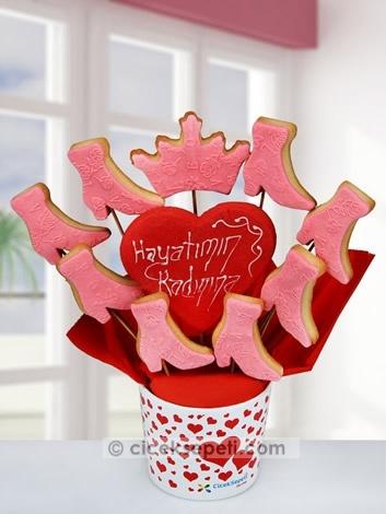 Onun her bakışı hayatınıza anlam katıyor, her cümlesi yaşamınıza yön veriyor. Sevgisi ısıtıyor, varlığı varlığınızı sarıyor. O sizin hayatınızın kadını, ona olan duygularınızı bu pembe ayakkabı ve taçtan oluşan kurabiye buketi ile anlatın, her anınız anlam kazansın.  http://www.ciceksepeti.com/hayatimin-kadinina-pembe-kurabiye-buketi