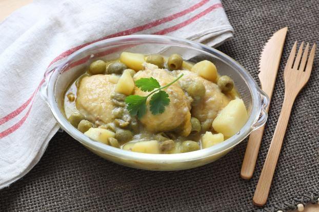 Dans le bol muni du hachoir Ultrablade, versez l'oignon et les gousses d'ail pelées et coupées en morceaux.
