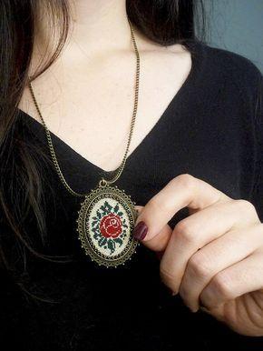 Punto croce rosa rosso collana, ciondolo, gioielli di ricamo, punto croce gioielli, ciondolo tessuto, gioielli in ottone in stile Vintage a punto croce