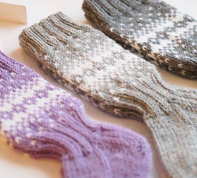 Lisää villasukkia suosikki kuviollani! 🎅🌲👣💖 #woolsocks #tilaussukkia #knitting #knittigismypassion #villasukat #kirjoneulesukat #Novita #mumsdesign