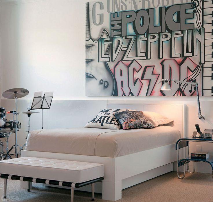 No quarto de adolescente projetado pela arquiteta Paula Magnani, bateria, painel…