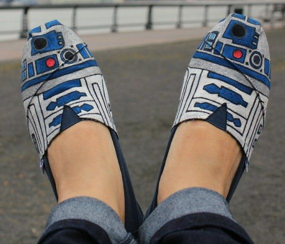 I found my next project, when I have time for personal crafting..: Paintings Toms, R2D2 Toms, Stars War, Toms Shoes, Custom Toms, R2D2 Shoes, Girls Shoes, Geek Chic, Starwars