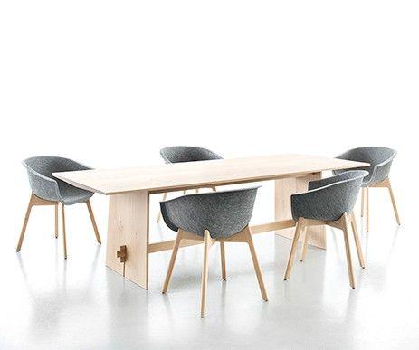 Nowoczesny stół z kolekcji Tension teraz w wersji z litego drewna dębowego.
