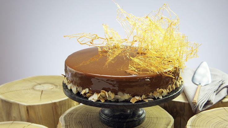 Jak zrobić tort royal z karmelem? Zobacz przepis Tomasza Dekera z Kuchni+