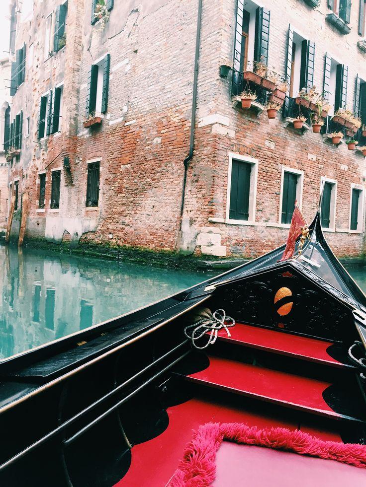 Venice, Italy ♡  @bella_luciani #venice #gondola #misty