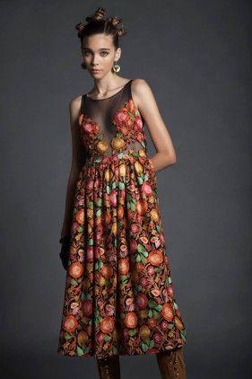 <p>Vestido largo 7/8, con corte en cintura, todo en lana, con bordados de hilos de colores. Falda fruncida y parte superior en tul transparente, con recortes de flores.</p><p></p><p>IMPORTANTE: Este vestido tarda alrededor de 25 días en ser entregado ya que será confeccionado específicamente para cada cliente.</p>