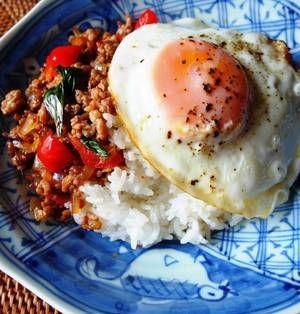 タイ料理と聞いてどんなイメージがありますか?辛そうとか、クセがありそう?実は意外と食べやすいお料理もあるんです!今回はスーパーで手に入る食材を使った、簡単なタイ料理の作り方をご紹介します。刺激は少なめなので、お子さんでも食べられますよ♪ぜひ一度お試しくださいね。 ■ガパオライス  ガパオライスby Y'sさん 5~15分 人数:2人 タイ料理の定番、ひき肉炒めをのせたガパオライスです。ひき肉とナン