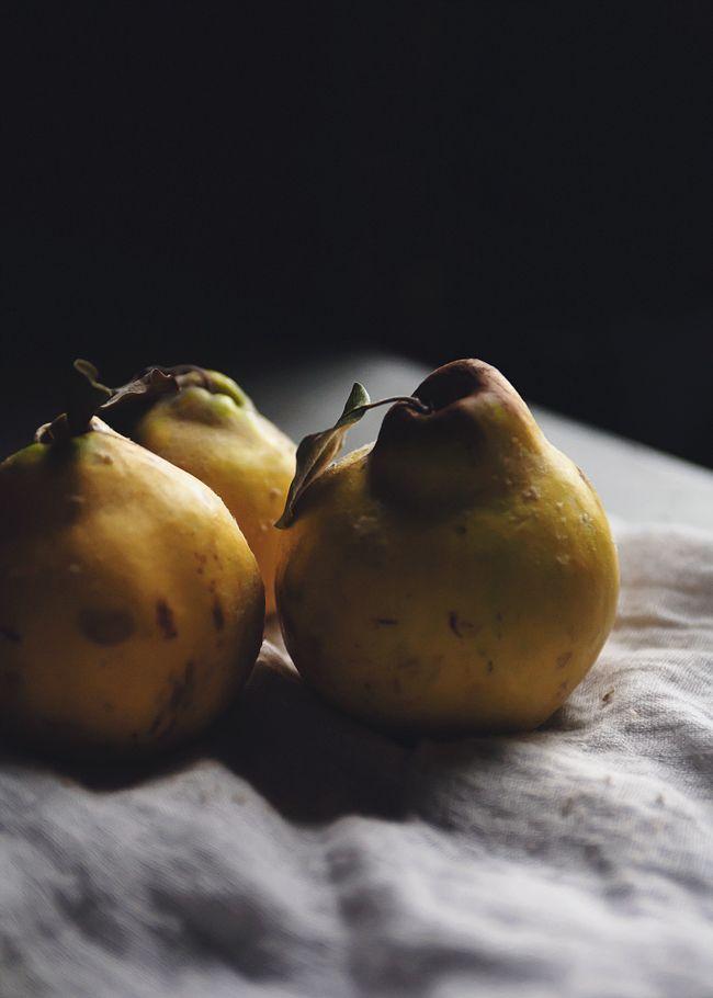 Quitten - wunderbares Winterobst, das sowohl in süß, als auch herzaft zubereitet etwas ganz Besonderes ist.