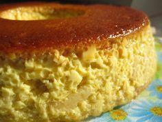 Pudim de Pão. Ferver 1 litro de leite com 1 pau de canela. Retirar e deixar arrefecer um pouco. Bater 7 ovos com 200 g de açúcar e a seguir juntar o leite em fio, mexendo sempre. Levar ao fogo 50 g de açúcar com um pouco de água e deixar ferver até obter caramelo. Desfazer em pedacinhos 2 pãezinhos e juntar ao creme de leite. Deitar o preparado na forma caramelizada. Levar ao forno em banho-maria cerca de 1 hora. Desenformar depois de frio.