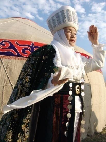 """La ropa de mujer tradicional consiste en una camisa blanca y larga que se sirve tanto como un vestido y un pantalón largo, que fueron usados bajo el vestido. Chaleco se coloca sobre un vestido.   Los headdress son indispensables para una mujer casada, está decorado con adornos hechos por diferentes tipos de costuras con hilos de colores. Un turbante de material blanco llamado """"elechek"""" siempre se lleva en el sombrero. Las mujeres de Kirguistán llevaban elechek en verano como en invierno."""