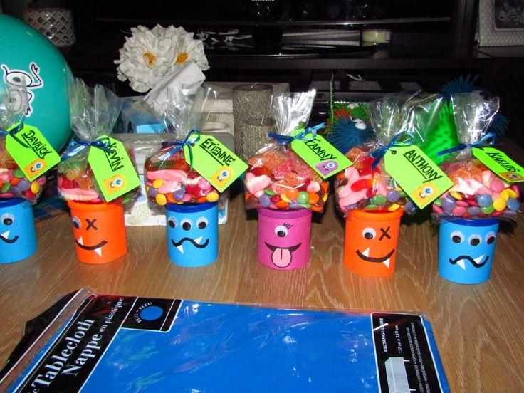 """Pâtes à modeler que j'ai recouvertes de carton pour suivre mon thème de """"Monstres"""" pour le premier anniversaire de mon petit garçon. J'avais également jumelé le tout à un sac de bonbons personnalisé! Les petits monstres ont approuvé mon idée!  Monster treats!!"""