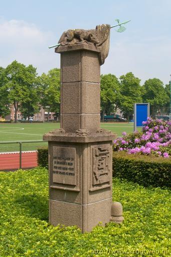 Turfschipmonument (Het Voske) op de plek waar het Turfschip van Adriaan van Bergen tijdens het beleg van Breda door de Spanjaarden in 1590 afmeerde. Beeldhouwer P.A.H. Hornix, directeur Openbare Werken Breda. Opgericht op 4 maart 1940 in Breda op het terrein van de KMA.