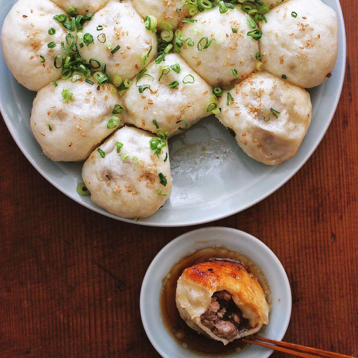Pan fried pork bun  .  ランチに生煎饅頭。焼いた小籠包みたいなやつ。うちではコレも餃子の仲間。好みの肉感の餡に、もっちりな発酵生地、鉄パンで蒸し焼きし、底面をカリっと焼き上げたら、香酢でいただきます  .  #生煎饅頭 #生煎 #生煎包 #生煎馒头 #樋口さんちの餃子 #dumpling #shengjianmantou #shengjianbao #shanghaistreetfood #shanghaifood #panfriedporkbun #おうち中華飯店 #cocopan