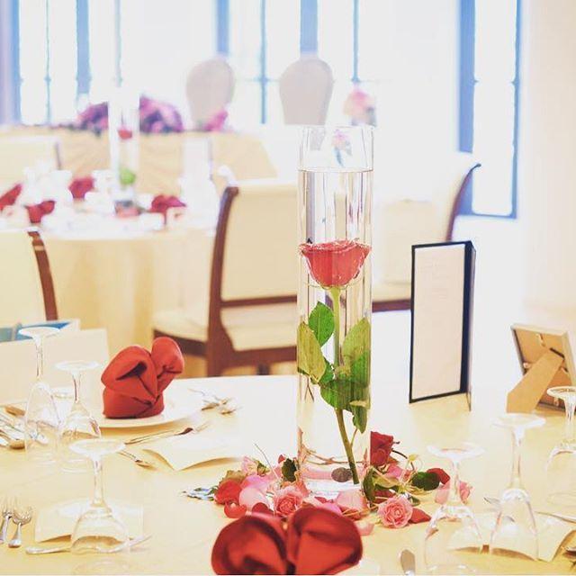 ディアステージではクロスの色、ナフキンの色、お花のデザインをすべて新郎新婦様と一緒にお打ち合わせで決めていきます♡自分たちのイメージが当日形になることでより素敵なウェディングになります!!🌹  #つくば #結婚式 #ゲストハウス #リゾート #wedding #花嫁 #fiorebianca #結婚式場 #つくば市 #茨城県 #ディアステージつくばフォレストテラス #プレ花嫁 #卒花嫁 #リゾート婚 #チャペル #オシャレ婚 #全国の花嫁と繋がりたい #結婚 #自然光 #海外 #人気 #テーブルコーディネート#一輪の赤い薔薇#ゴージャス#会場装飾