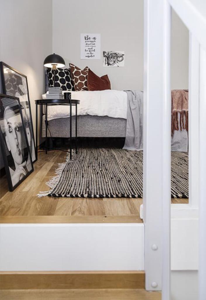 Un Amenagement D Escalier Malin Dans Un Mini Duplex De 35m2 Planete Deco A Homes World En 2020 Decor De Chambre Rustique Chambre Rustique Chambre Design