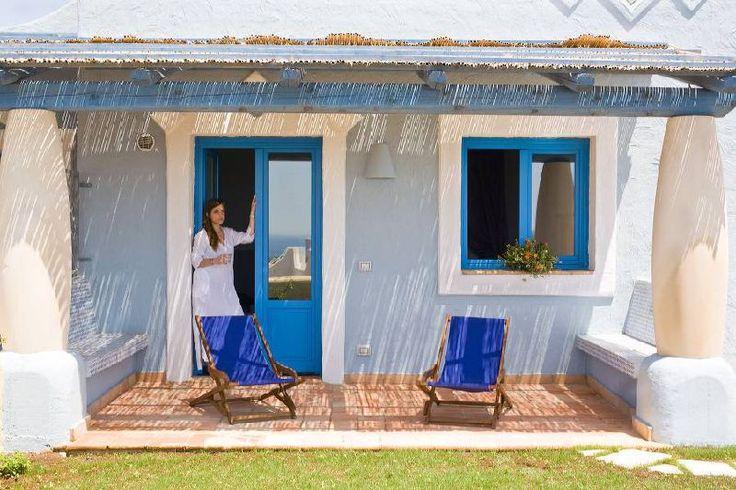 VILLA MESEGLISE La villa ha un'ampiezza di 84 mq. calpestabili + 2 verande (di cui una vista mare) ed un ampio giardino. L'abitazione è composta da due camere da letto (una matrimoniale + una doppia), 2 bagni con doccia, angolo lavanderia, soggiorno-cucina con divano letto 2 posti, angolo cottura completo di lavastoviglie, veranda esterna con tavolo e sedie, ampio giardino privato con vasca idromassaggio e lettini prendisole.