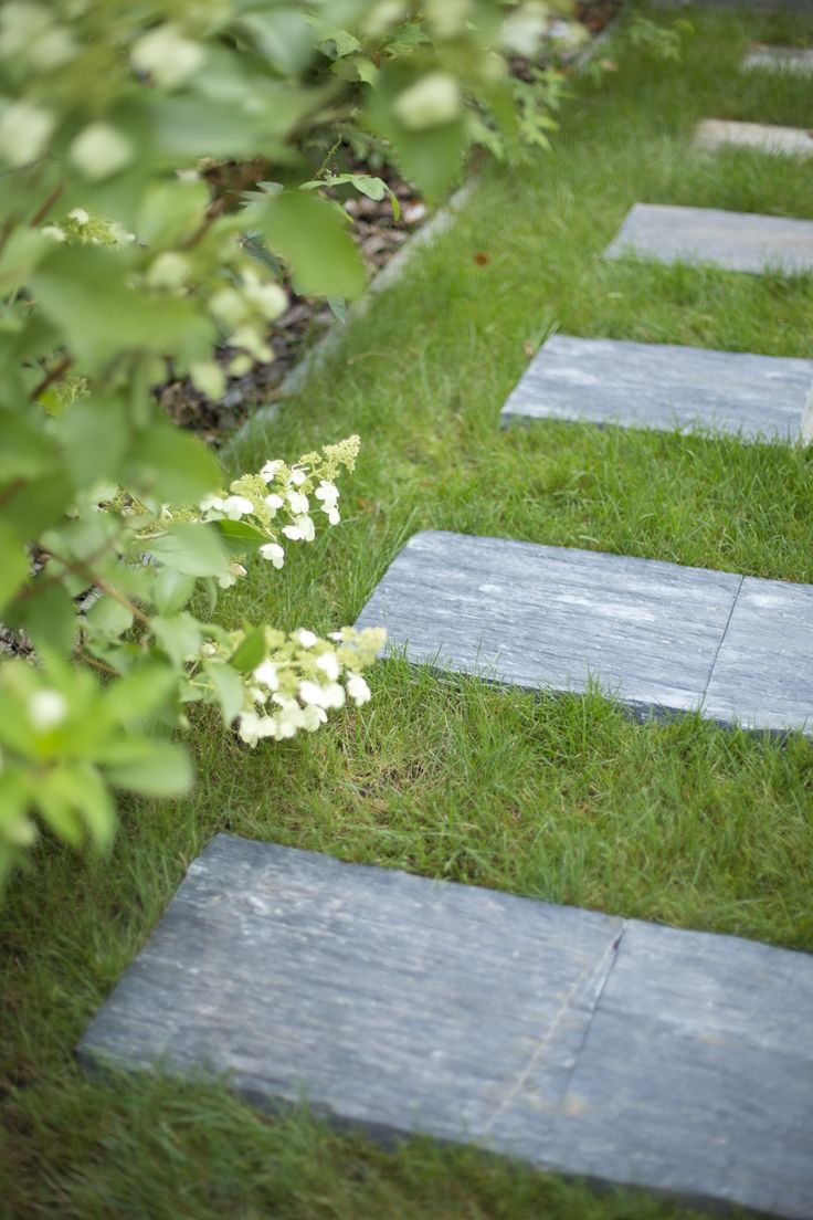 Quelques pas japonais noirs rectangle, en ardoise, suffisent pour créer une ambiance zen.