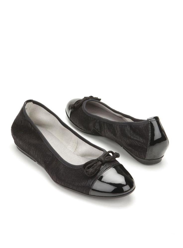 Zwarte ballerina's van Tamaris. Deze ballerina's zijn gemaakt van een combinatie van textiel en kunststof en hebben een leren voetbed. Ze zijn voorzien van een neuskap.
