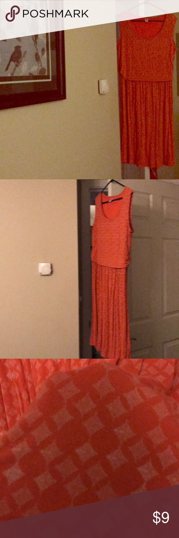 1x Old Navy Sun Dress A great dress for the summer that works well into autumn. Lightly worn, VERY Comfortable. A nice wv Ru day go-to. Old Navy Dresses Midi