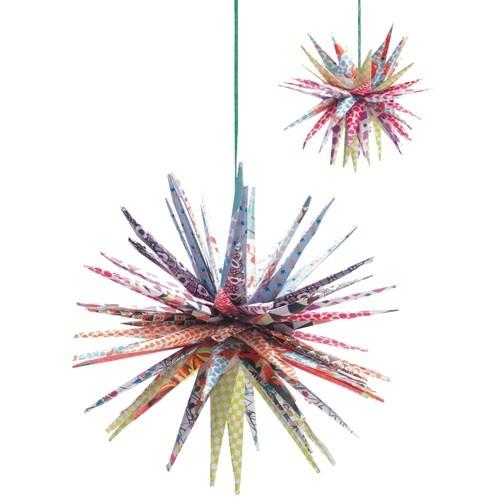 Met deze speciale Japanse vouw en kniptechniek van het merk Djeco kunnen de mooiste sterren worden gemaakt. De designs variëren van vrolijke bloemetjes tot rode met witte ruitjes.    Perfect om met deze knutselset een mooie versiering voor in de (slaap)kamer te maken.