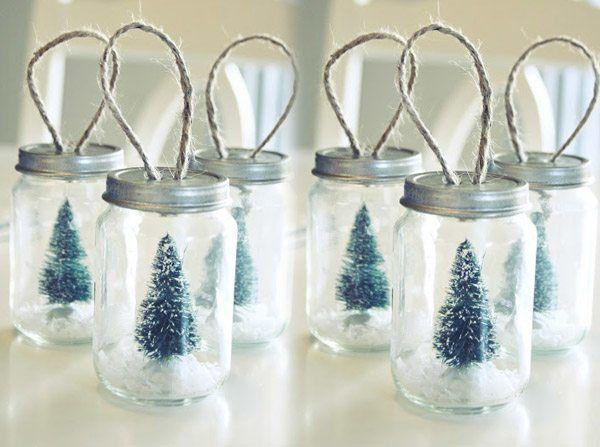 Décoration de Noël à faire soi-même avec des petits pots  http://www.homelisty.com/diy-noel-49-bricolages-de-noel-a-faire-soi-meme-faciles/