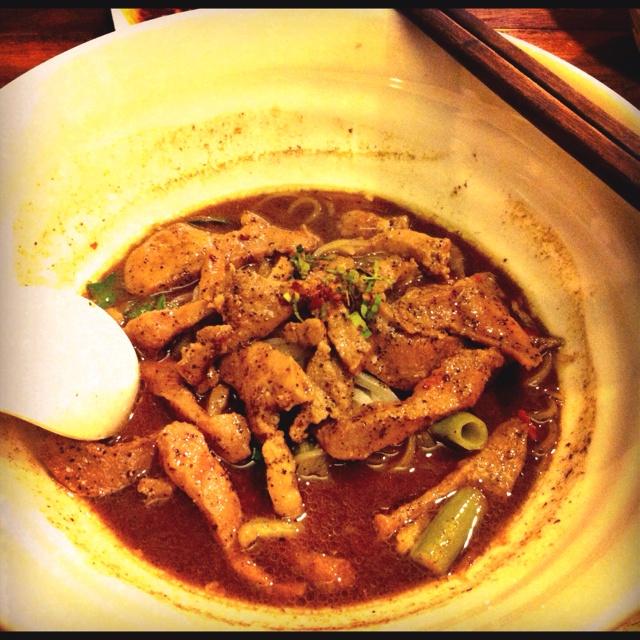ก๋วยเตี๋ยวลิ้นหมูกรึบๆ ... Marinated pork tongue over boat noodle!