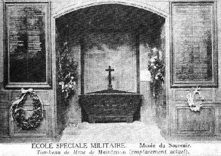 Ecole spéciale militaire, musée du souvenir, tombeau de Mme de Maintenon (emplacement actuel). - En janvier 1794, des ouvriers qui travaillaient à transformer la chapelle en salle d'hôpital brisèrent la tombe de marbre noir, entrouvrirent le double cerfeuil et enlevèrent le corps de Mme de Maintenon encore parfaitement conservé, lui mirent une corde au cou, la traînèrent au milieu de la cour et la jetèrent dans la fosse commune du cimetière.