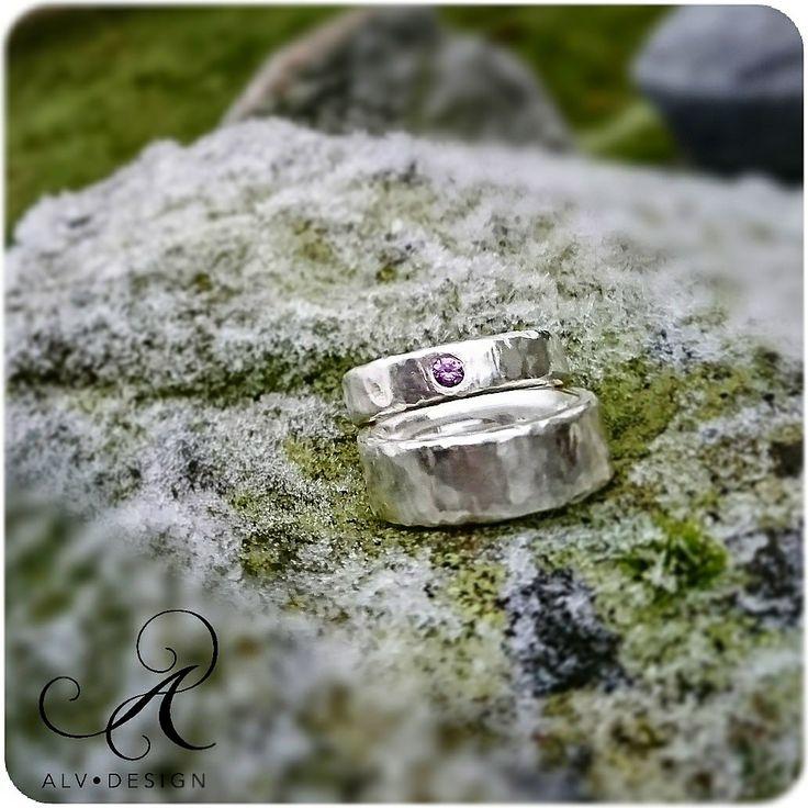 Silverringen GRO i olika bredd med och utan lila Safir 0,10 ct. Rustik, handarbetad och så som vi älskar klassiskt silver. Design och arbete av konstnär och silverdesigner Anneli Lindström, Alv Design. Välkommen att se mer i vår webbutik www.alvdesign.se