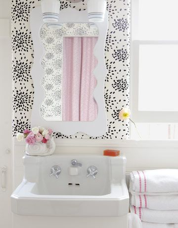 Love the wallpaper combined with a shot of pink (great towels!) and also that fantastic mirror. Lovely!