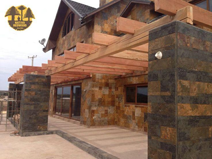 P rgola con pilares de h a revestidos en piedra pizarra y for Casas con cobertizos