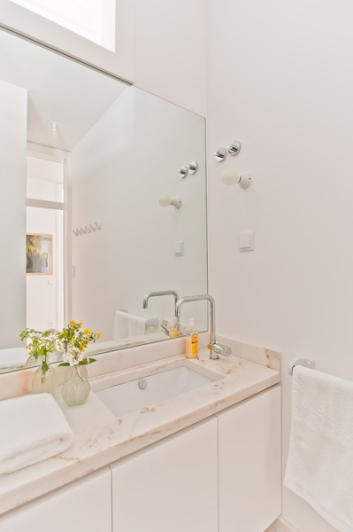 Bathroom of Eduardo VII apartment, Baixa House    www.baixahouse.com