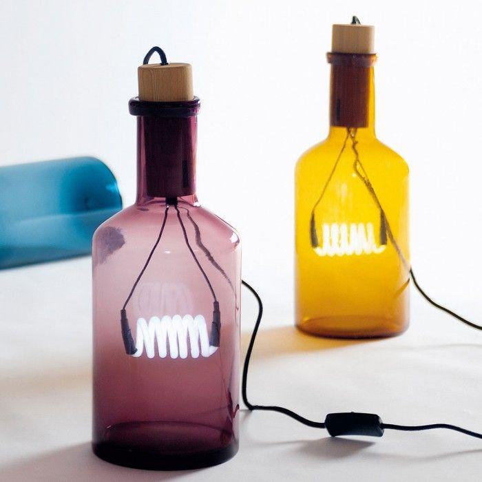 Splendida lampada da tavolo in vetro colorato, con rifiniture in legno e lampadina al neon. Emana una luce calda e soffusa che donerà ad ogni angolo della vostra casa un'atmosfera speciale ed unica. Perfetta per una scrivania o un tavolino in casa.