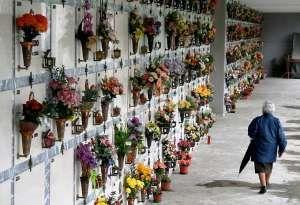 Liguria: Va a #cambiare i fiori e pregare: 70enne genovese rapinata al cimitero (link: http://ift.tt/2jefKib )
