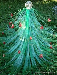 """LACA """"Lo Atamos Con Alambre"""": Arbol de navidad con luz hecho de botellas pet recicladas"""